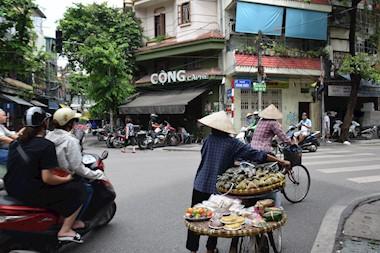 Hanoi. S one strane ulice...